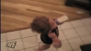 Бебетата слизат оригинално по - стълбите (смях)