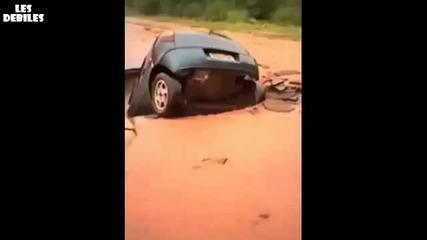 Кола я поглъща огромна дупка на пътя - O_o