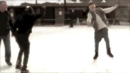 Няма такъв сладур! ;дд Джъстин танцува на ледената пързалка ;д