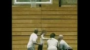 Жена Минава През Баскетболен Кош