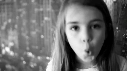 8 годишно момиченце пее метъл
