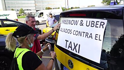 Spain: Taxi drivers block Barcelona's streets to protest against Uber and Free Now alliance