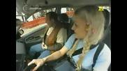 Блондинка се учи да кара кола