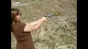 Жена Се Удря В Главата при стрелба