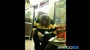 Жена се опитва да си изяде хотдога, но заспива