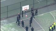 Полицията спасява човек, заседнал в баскетболен кош