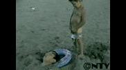 лудо китаиче пикае на главата на баща си докато е заровен в пясъка