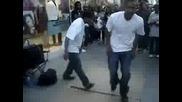 Момчета танцуват много добре