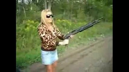 Блондинка с оръжие!!!мили Боже