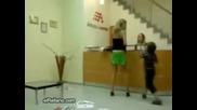 Невъзпитано русначе съблича майка си на обществено място!
