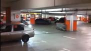 Ето така се паркира (смях)