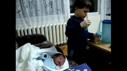 три годишен батко укротява ревливо бебе :)