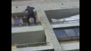 Пиян  пада  от Блок- само да не го прибере милицията