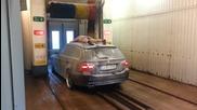 Ето как този лудак се изкъпа заедно със колата си в автомивката!