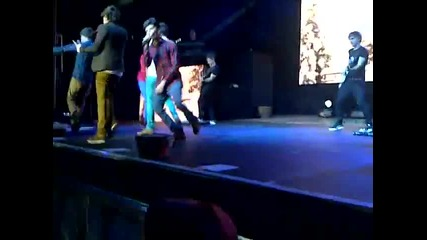 One Direction - Пеят One Thing в Southend 19/12/11 на Up All Night Tour