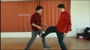 Учител по бойни изкуства показва умения