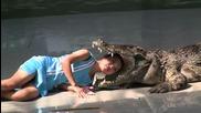 Момиче си слага главата в устата на крокодил Погледнете тези зъби!