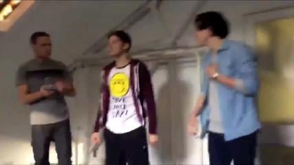 Лиам, Луи и Хари танцуват на песента C'mon C'mon