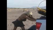 Жена Закъсва С ATV В Пясъка