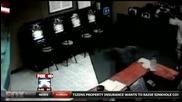 Възрастен мъж прострелва нападатели в интернет кафе