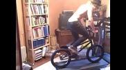 Момче пада докато кара колело на бягаща пътека