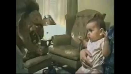 !бебе не се плаши от маска,но се плаши от човека зад нея!