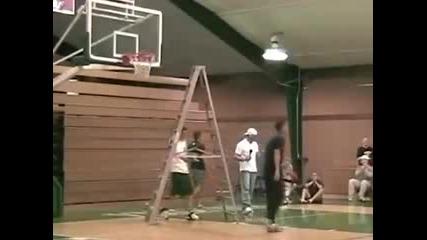 Баскетболист се заклещва в кош