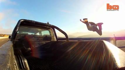 Лудак скача от мост с парашут