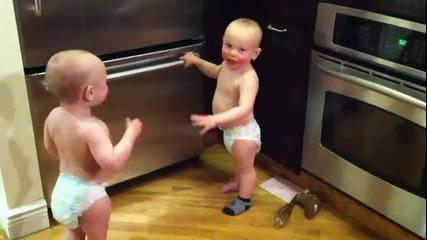 Близнаци си говорят на бебешки