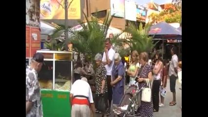 Най - дългата опашка за пуканки във Варна (дядото с пуканките пред Фк)