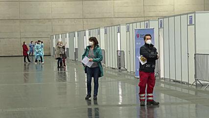 Austria: Medics get jabs in Vienna as mass vaccination kicks off