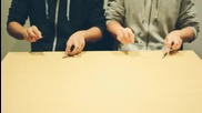 Момчета правят музика с помощта на молив и линия