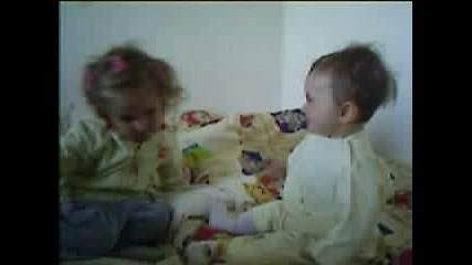 Две Сестрички Се Забавляват