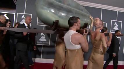 Lady Gagga пристигна в яйце на Грами 2011
