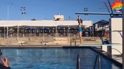 Размазващ смях в басейна