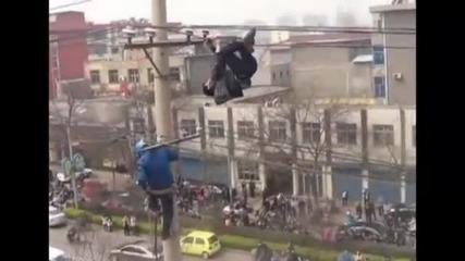 пиян виси от антената в япония