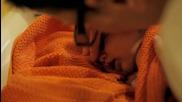 Медсестра купает малышей в роддоме Франции