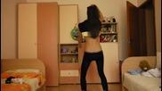 Красиво момиче танцува много хубаво не е за изпускане.