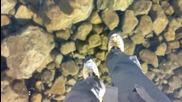 Ходене по красиво замръзнало прозрачно езеро в Словакия!