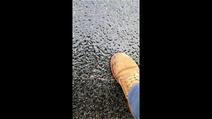 При натиск с крак асфалта се движи!