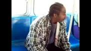 Дятка пребива младеж в автобуса