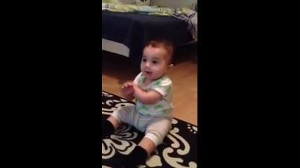 """Бебе танцува на """"gangnam Style"""""""