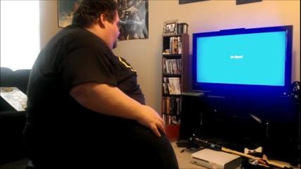 Дебел мъж се ядосва и изкарва всичко на Xbox...!