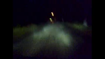 Бързо Минаване По Тъмен, Мъглив Път С Бус