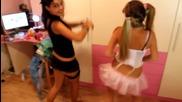 Гледайте какво правят дъщерите ви, когато са сами вкъщи!