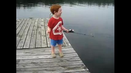Дете хваща риба за секунди ..