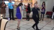 Мацката остана непреклонна дори на този луд танцьор!