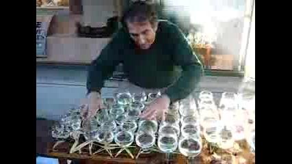 Уникално!човек свири Ода на радостта на чаши!