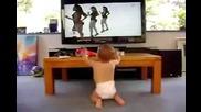малко бебе имитира певици смях