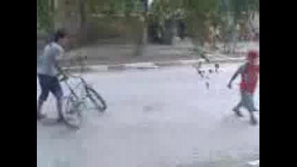 Храброво - На малкия му вземат колелото и той започва да се прави на отворен